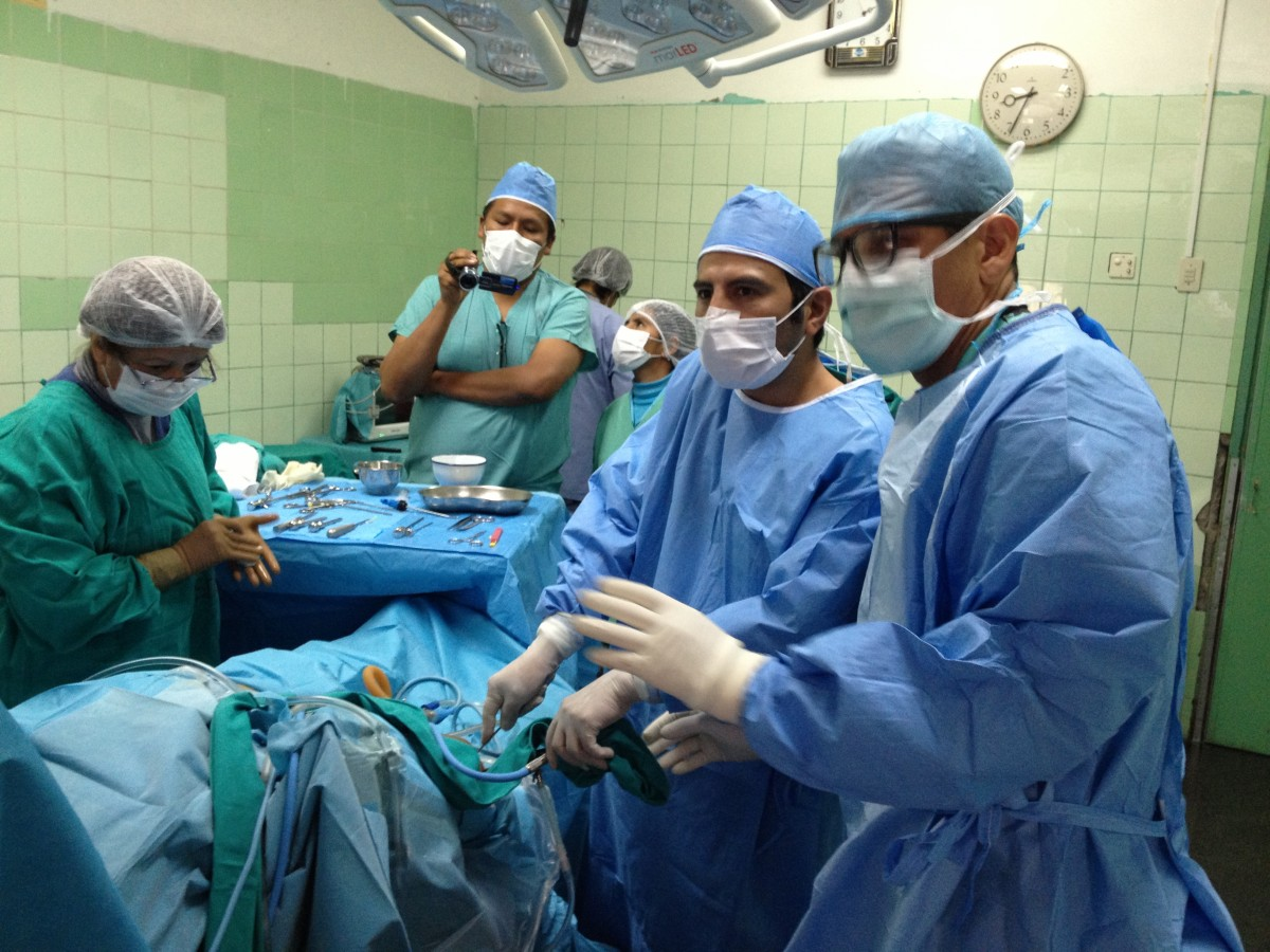 Teaching Peru doctors knee arthroscopy